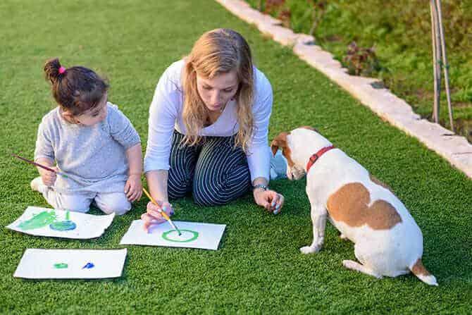 Therapiebegleithunde Trainer Ausbildung - junges Mädchen malt gemeinsam mit Mutter und Hund