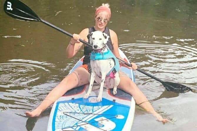 Sportwissenschaften Hund Ausbildung - Sportlerin mit Hund beim Paddeln mit SUP