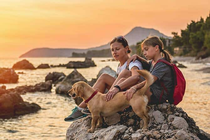 Tiererlebnis- & Eventtouristik Ausbildung - Mutter und Tochter wandern gemeinsam mit Hund in den Sonnenuntergang