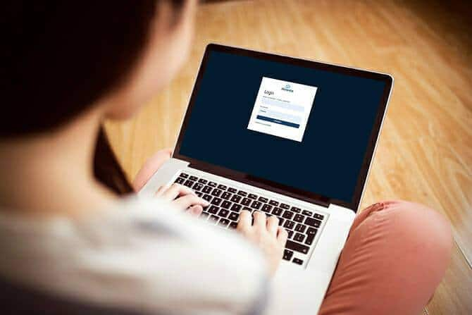 ATN Akademie - Frau loggt sich zur Atmentis Lernwelt auf Laptop ein