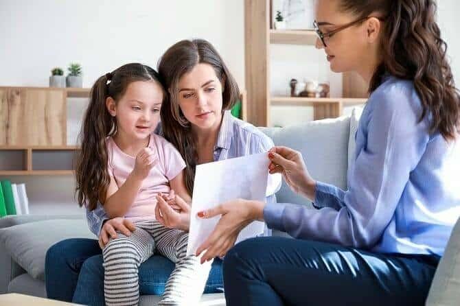 Heilpraktiker für Psychotherapie Ausbildung - Psychotherapeutin arbeitet mit Mutter und Kind