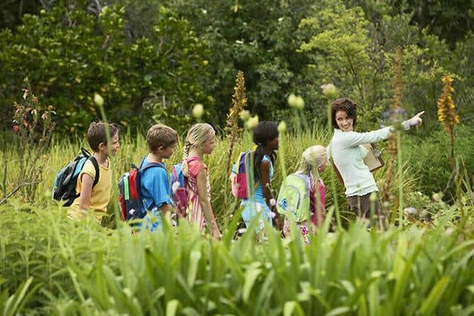 Erlebnispädagogik Ausbildung - Frau auf Expedition in der Natur mit Kindern