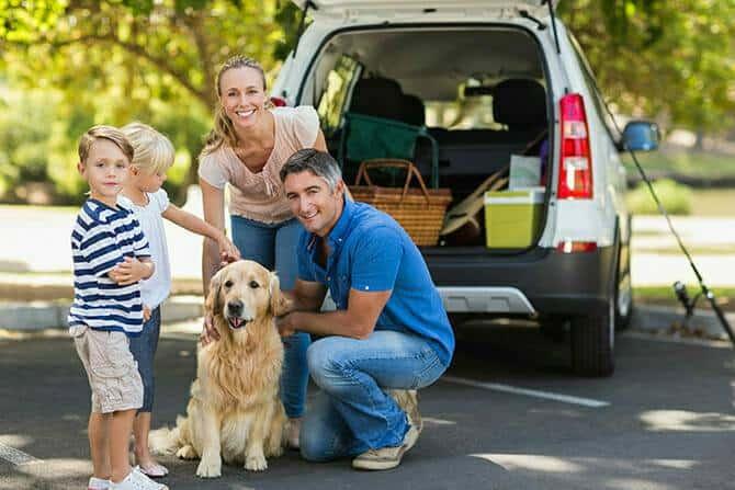 Tiererlebnis- & Eventtouristik Ausbildung - glückliche Familie mit ihrem Hund und Auto im Park