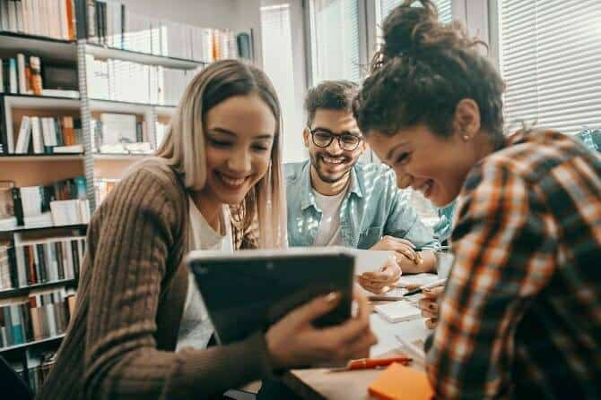 ATN Lernwelt ConnectiBook - Gruppe von Schülern lernt gemeinsam am Tablet