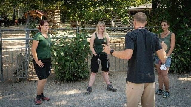 briefing des zoo hof teams fuer den tiertrainer dreh