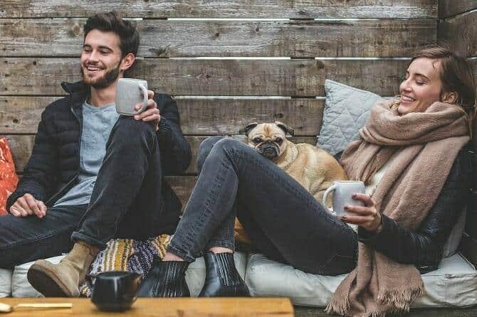 Psychologischer Coach Mensch Tier Beziehung Ausbildung - junges Paar mit Hund