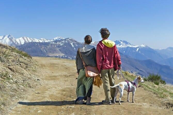 Psychologischer Coach Mensch Tier Beziehung Ausbildung - Paar mit Hund auf Wanderung in den Bergen